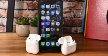 iPhone 13 مع AirPods